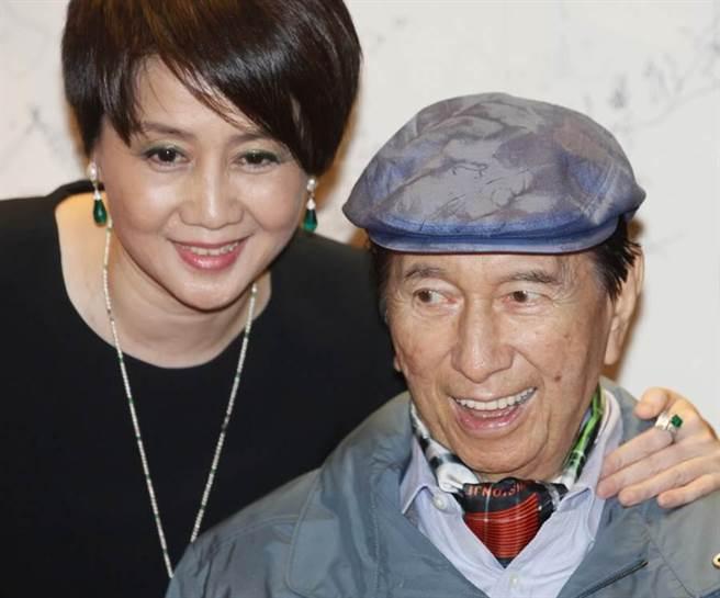 澳門賭王何鴻燊(右)和四房太太梁安琪,攝於2011年。(圖/美聯社)