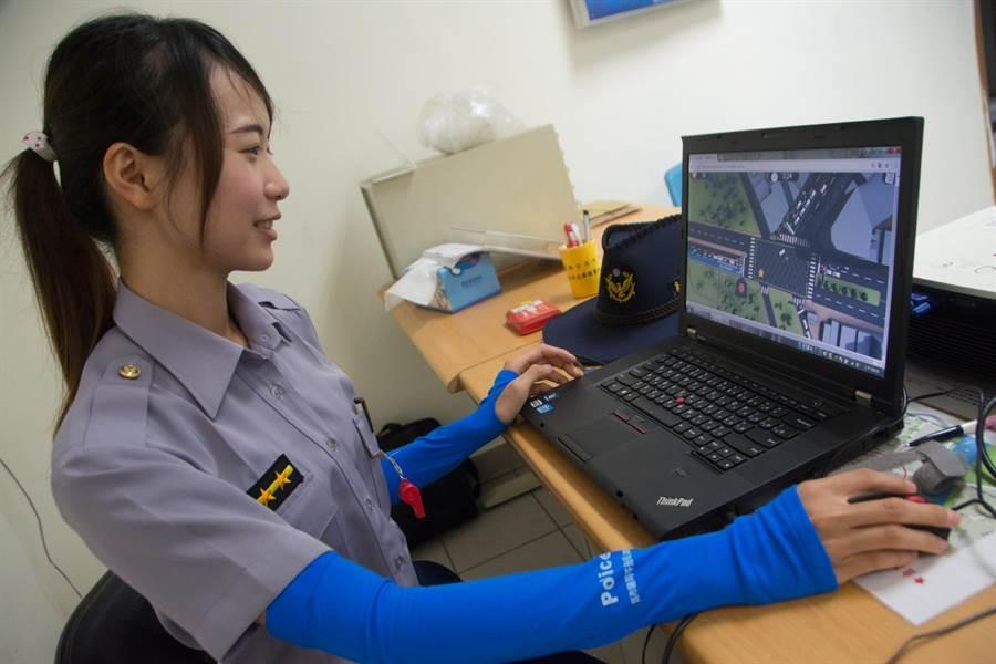 苓雅分局發表全國首創交通安全宣導網路遊戲,女警鍾馨娟上場挑戰試玩,一陣手忙腳亂,仍只獲得20分。(林宏聰攝)