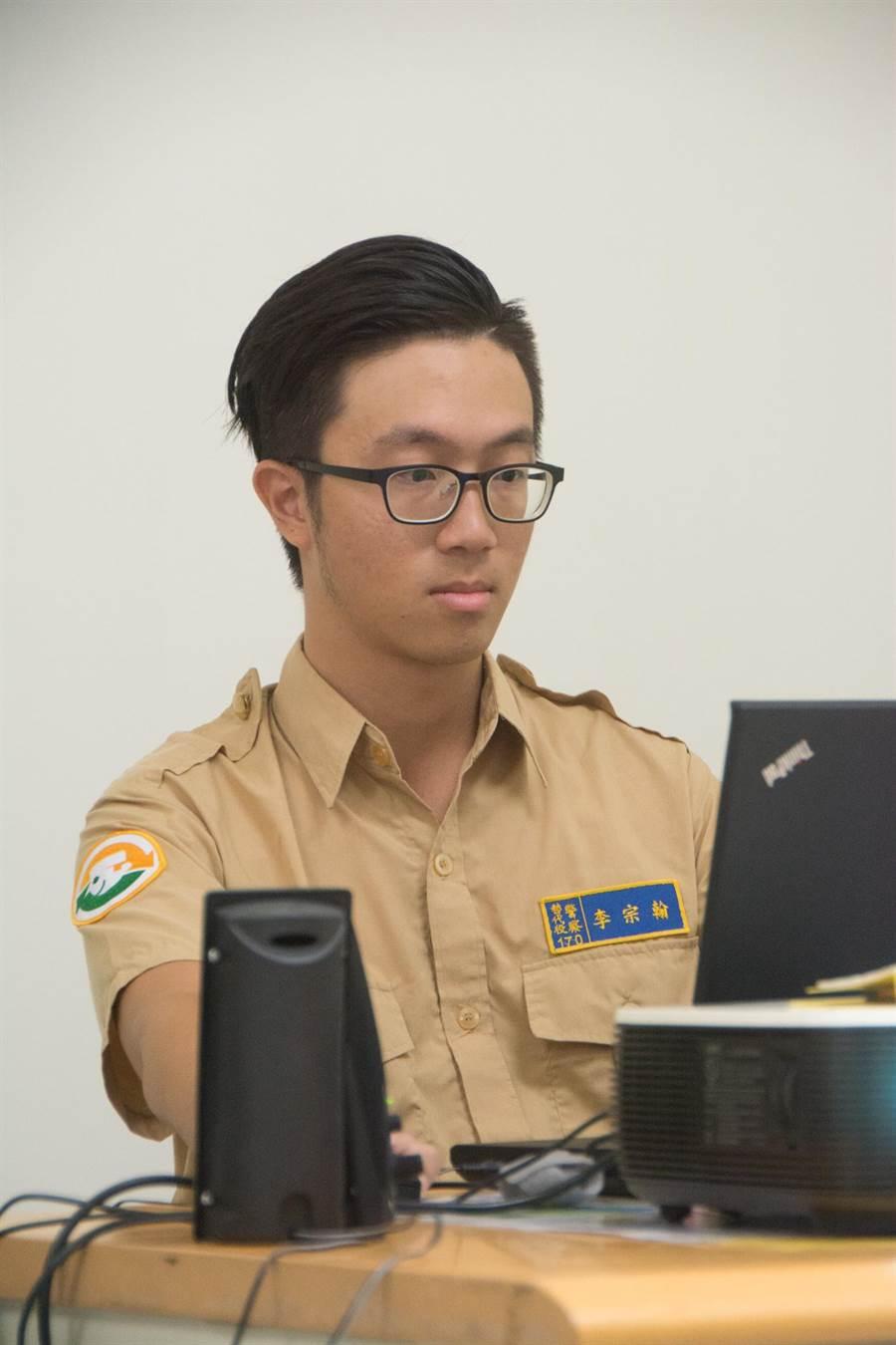 替代役男李宗翰開發網頁版遊戲「試試波麗士」,讓全民化身警察,在路口抓違規。(林宏聰攝)
