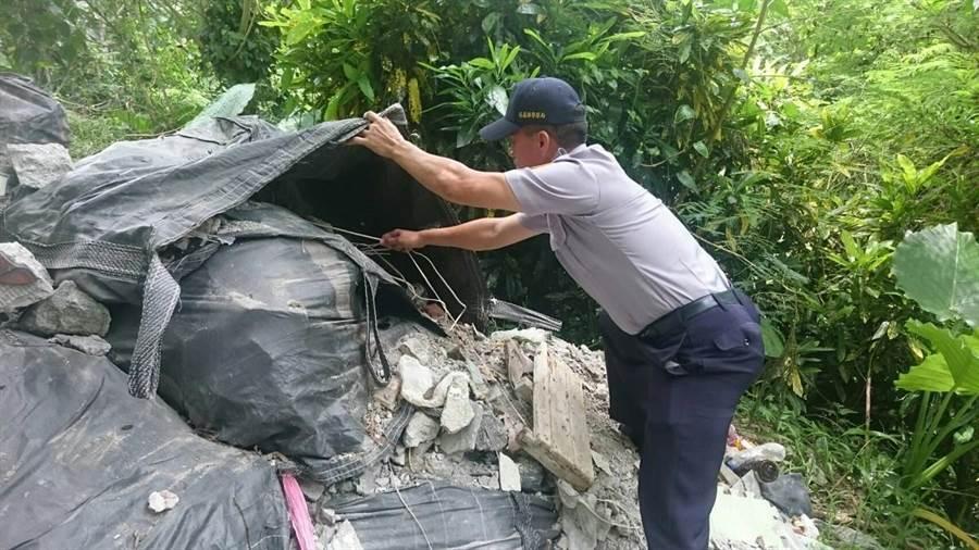 吉安警分局水璉派出所長蘇金章獨自頂著高溫在土石堆中挖掘,最後找到1張便條紙成為破案關鍵。(吉安警分局提供)