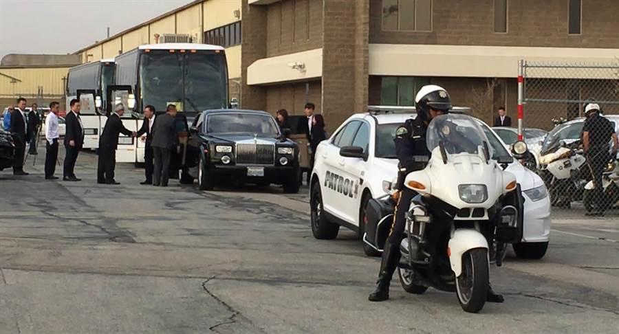 桃園市長鄭文燦到安大略機場簽約,美國方面以警方開道高格調接待。(甘嘉雯攝)