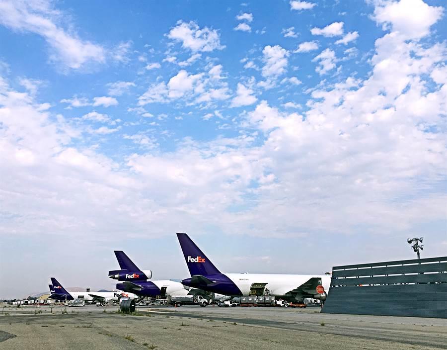桃園市府團隊於美西時間6日到姊妹市聖貝納迪諾郡(San Bernadino County),參訪安大略國際機場。(甘嘉雯攝)
