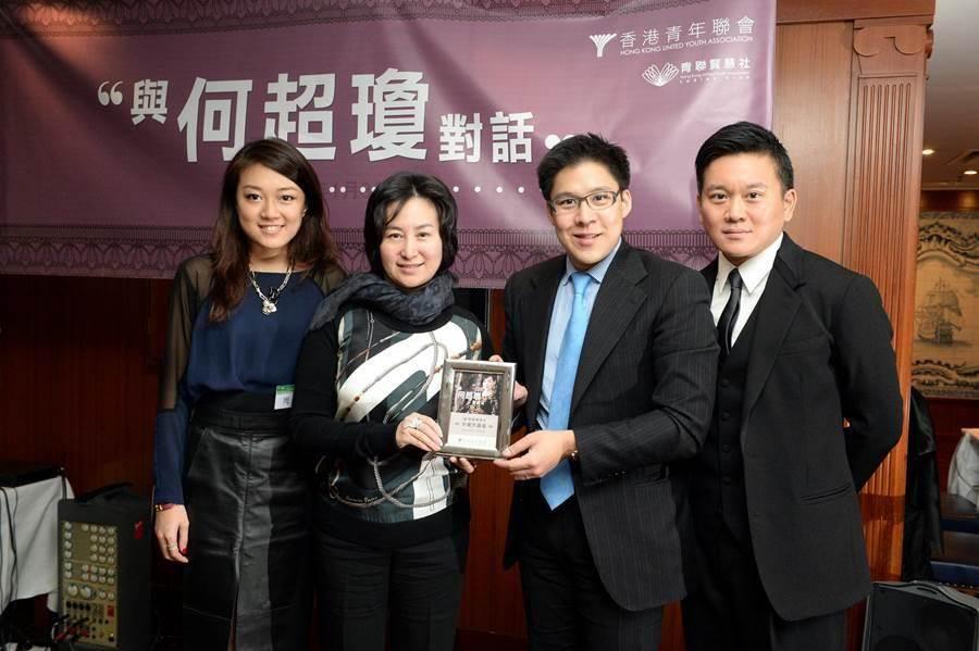 2014年1月8日,香港青聯賢慧社舉辦的「半邊天系列」講座 「與何超瓊對話」,賭王何鴻燊女兒何超瓊(左二)在現場分享成功經驗及管理心得。(圖/中新社)