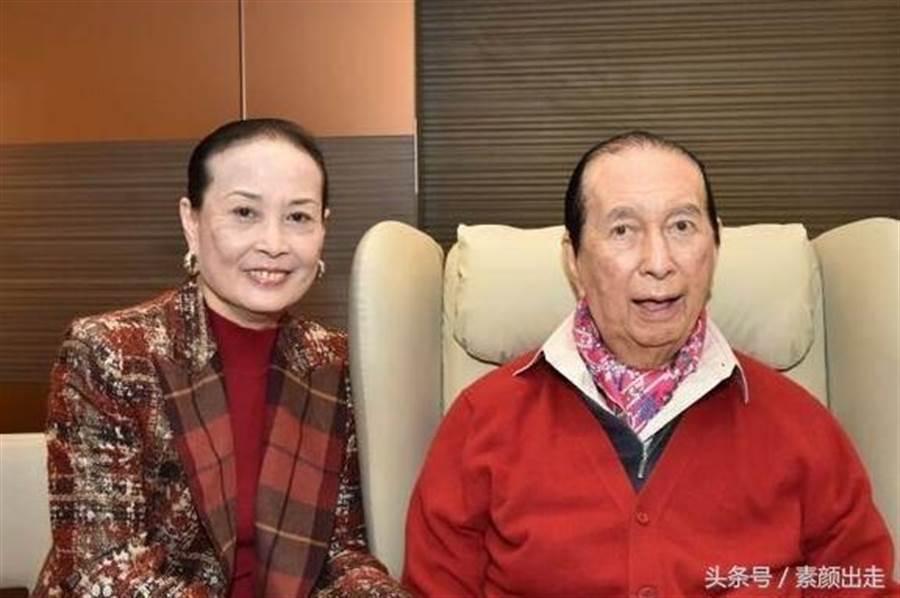 澳門賭王何鴻燊(右)和二房太太藍瓊纓。(圖/網路)