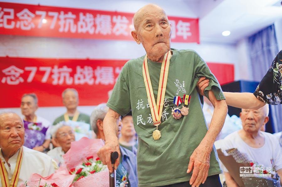 大陸紀念抗戰80周年,來自大陸老兵共30餘位參與,圖為90多歲老兵拄杖參加,回憶當年保衛國家的歲月。(中新社)