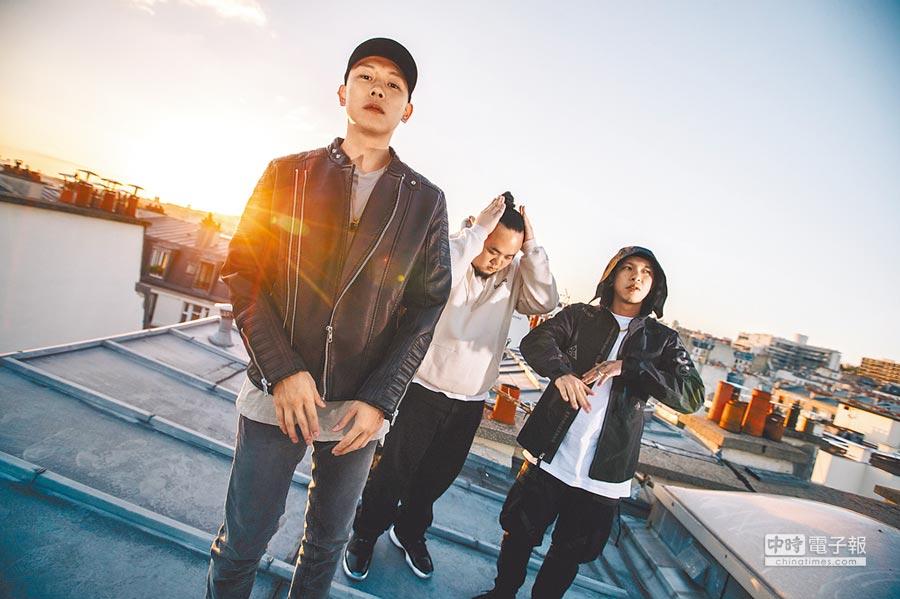 瘦子(左起)、大淵、小春爬89樓,為了拍攝夕陽。
