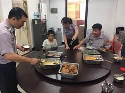 男童被反鎖家門外 派出所員警邀請共用午餐