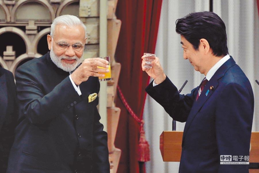 2016年11月11日,日本首相安倍晉三(右)在晚宴中會晤印度總理莫迪(左)。(CFP)