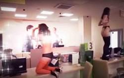 嫌客服態度不佳 俄羅斯客戶帶兩脫衣舞孃到銀行抗議