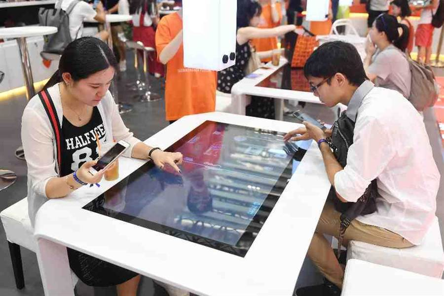 顾客在淘宝无人零售店使用触控桌。(新华社)