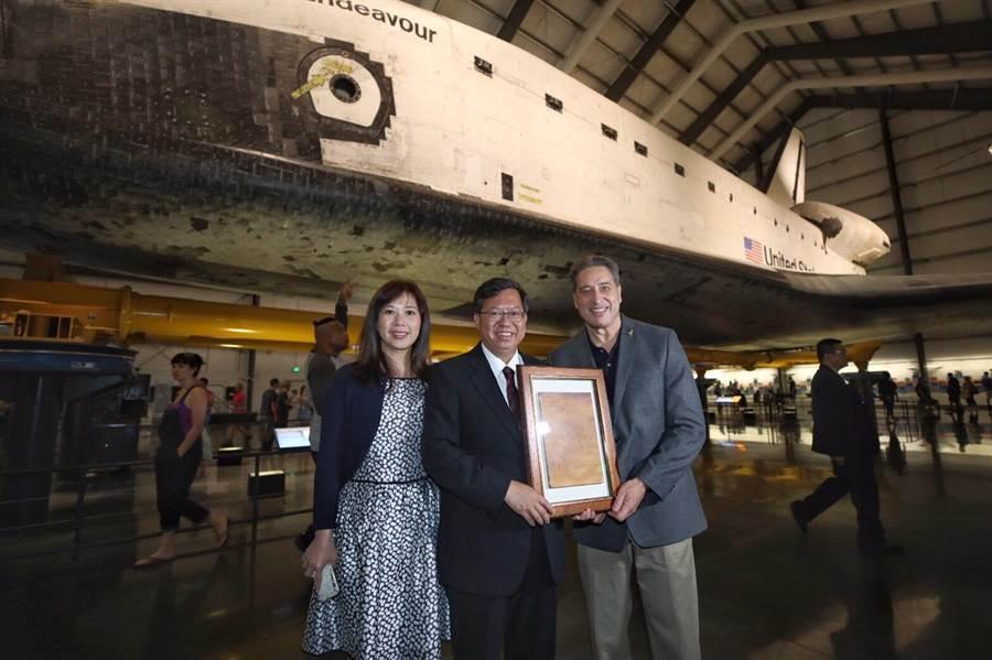 桃園市府團隊到加州科學博物館參訪,並且到出任務25次的太空梭奮進號前留影。(甘嘉雯攝)