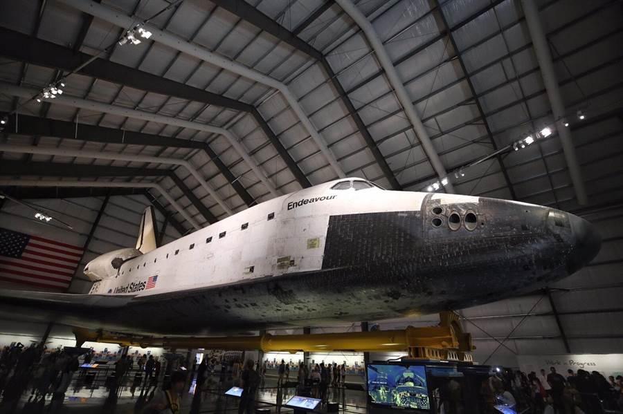 桃園市府團隊到加州科學博物館參訪,並且到出任務25次的太空梭奮進號旁,了解其背景。(甘嘉雯攝)