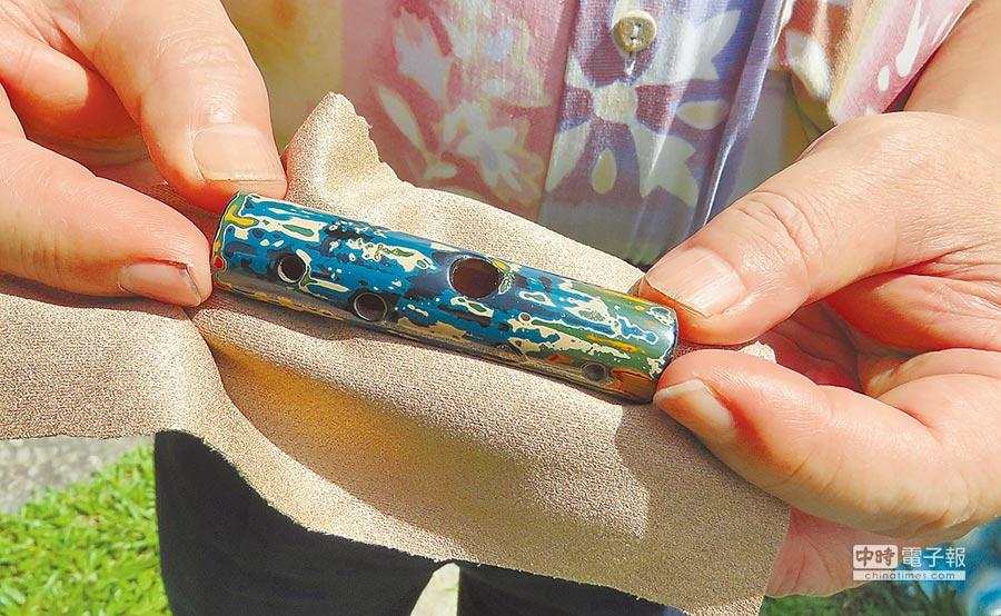 鄭瑞賢研發3音孔的專利口笛。(張朝欣攝)