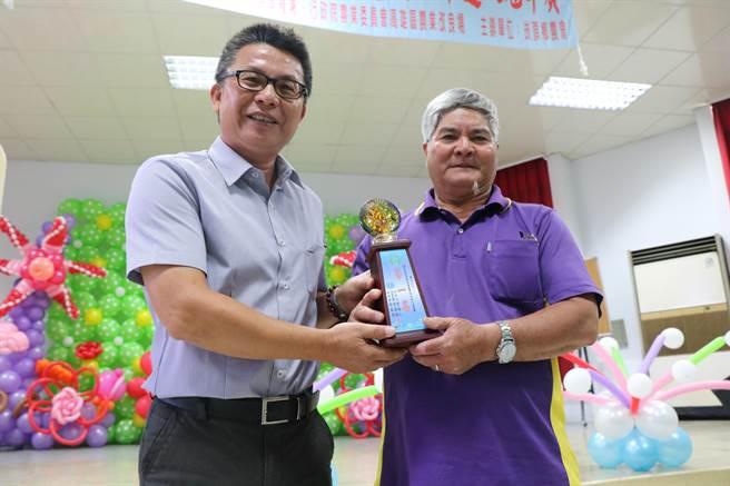 崁頂鄉11日選拔稻米達人冠軍,從農55年的顏仙水(右)將以高雄147香米首次代表故鄉北上參賽。(謝佳潾攝)