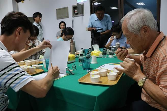一年一度的農業盛典「台灣稻米達人冠軍賽」預計年底登場,崁頂鄉11日開出全台第一槍,6評審從14組高雄147香米的穀色、米香中選出冠軍顏仙水。(謝佳潾攝)