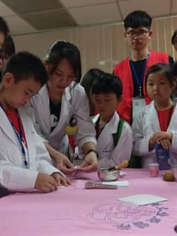 百名國小童穿白袍 體驗當小小醫師