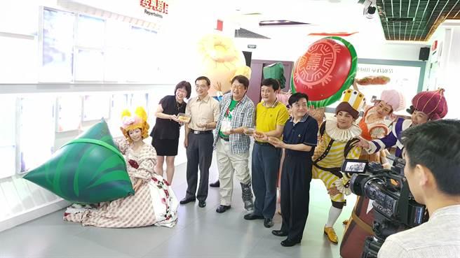 「如果兒童劇團」創團者趙自強(左四)日前不慎小腿骨折,但依然堅持率團,連續第七年赴北京參加中國兒童戲劇節。(藍孝威攝)