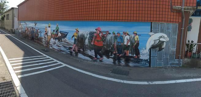 短短40公尺長的圍牆成了畫布,如今已少見的牽罟景象重現。(江詩筑攝)