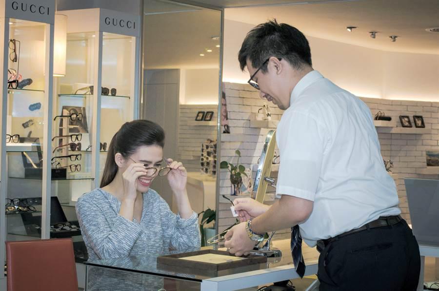 得恩堂根據顧客臉型挑選合適鏡款,加持專業形象。(業者提供)