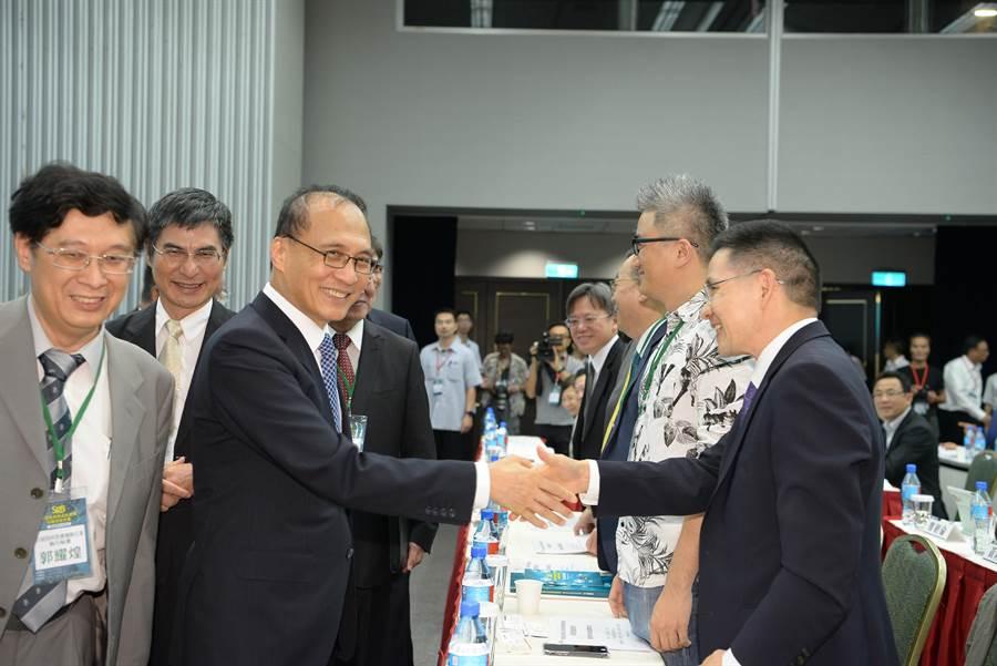 林揆出席智慧科技SRB會議與出席的企業界等貴賓握手致意。(行政院提供)