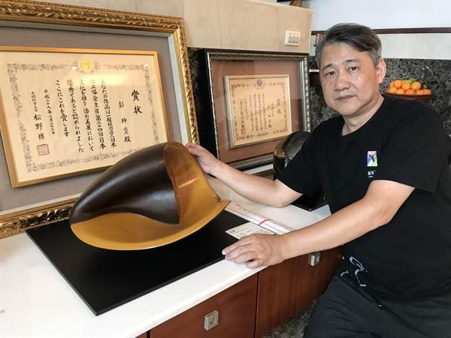 獨創堆漆工藝創作的彭坤炎,此次以作品「波響」,拿下日本漆工協會首次頒予外國人的最高榮譽獎「文部科學大臣賞」。(陳育賢攝)