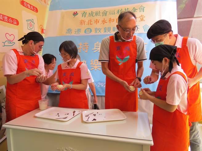 永和自然食堂轉型生產中式烘焙,製作天然,無添加的包子,培養身心障礙青年不同能力。(許展溢攝)
