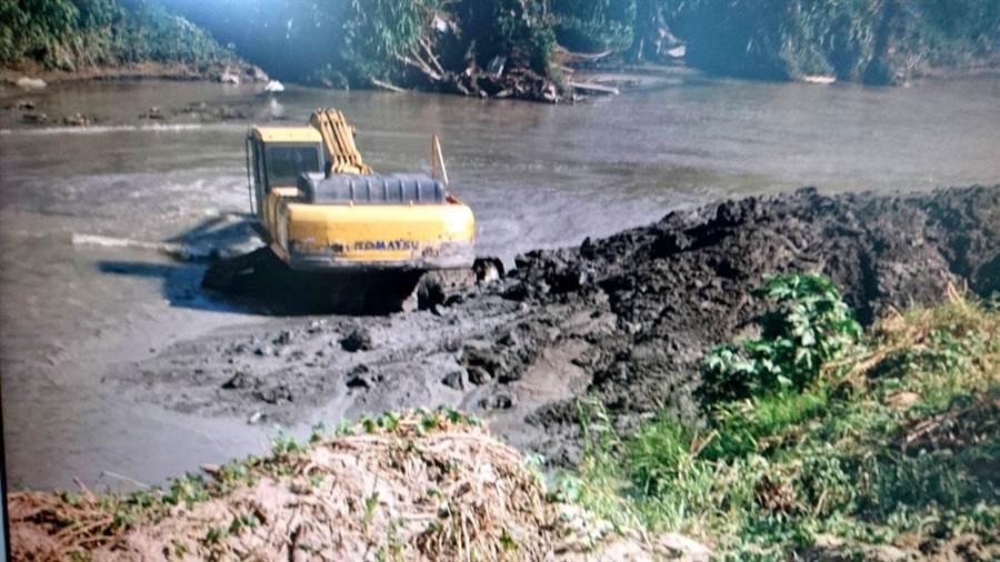 包商在八掌溪開挖河川的砂石情況。(嘉義檢調提供)