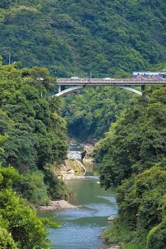 名副其實「景美」溪 深谷蓊鬱水如碧