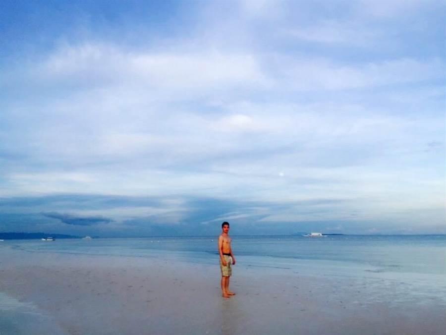 菲律賓宿霧海水潔淨清透,機票更是低廉,甚至有可能比去墾丁便宜。(林承彥 攝)