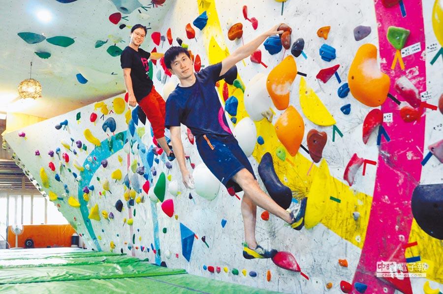 業餘攀岩好手鄭佳岷(前),與老婆陳芷琪(後),在楊梅老家經營專業攀岩場地。(楊明峰攝)