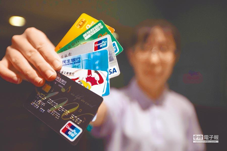 大陸各類銀行卡。(中新社資料照片)
