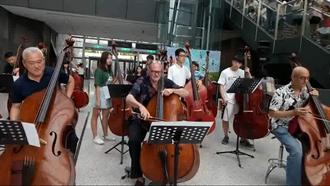 全球低音提琴5大巨頭蘭博快閃演出  悠揚樂聲迷倒遊客