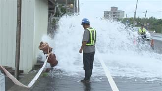 消防栓被撞斷水柱沖天 警消追查肇事者