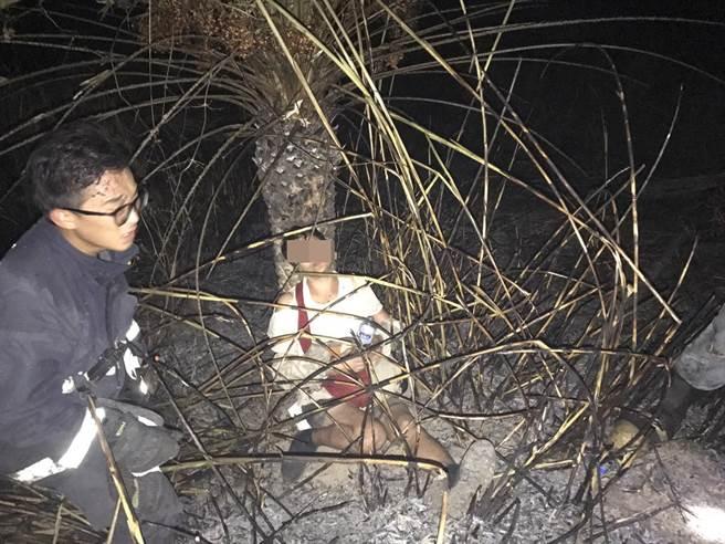 警消找到婦人時,她滿臉烏黑倚靠在樹幹邊,有輕微嗆傷。(黎薇翻攝)
