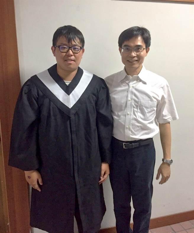 義守大學「財數系」系主任吳土城與陳汛汯(左)。(圖/義守大學提供)