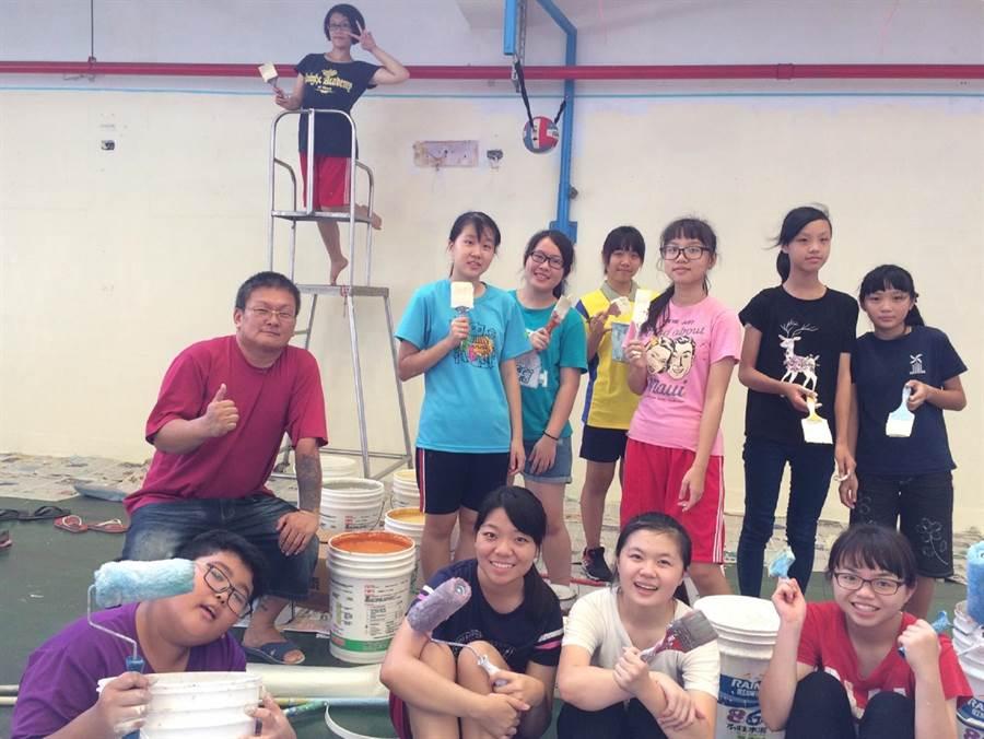 台西國際青年志工營開跑,台、港志工彩繪學校。(張朝欣攝)