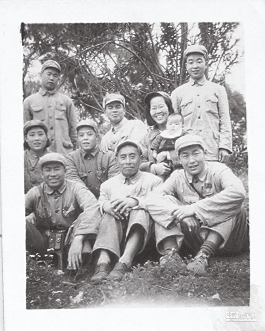 參加八路軍抗日的楊美華(抱小孩的女兵)。                            (藍博洲提供)