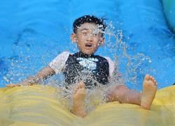 高雄中正運動場 大型氣墊滑水3天免費玩