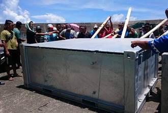 不滿台電私運核廢料容器 蘭嶼鄉民推入海