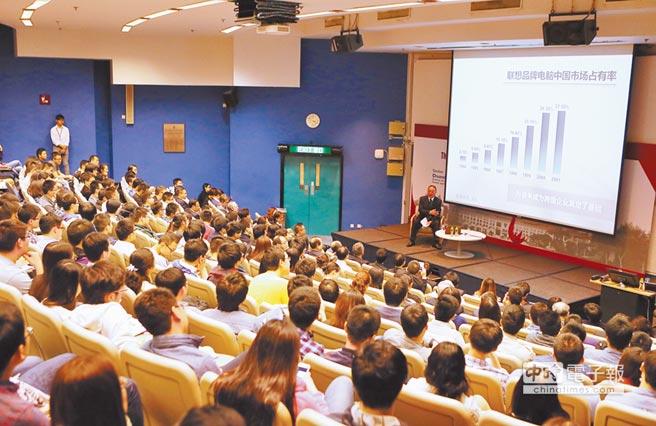 聯想董事長柳傳志為香港科技大學學生演講。(新華社資料照片)