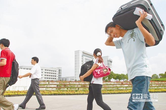 新生提著行李在上海大學報到。(CFP)