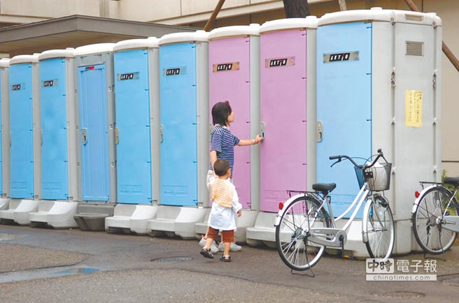 日本新潟縣柏崎市輸水管被毀,全市停水,臨時廁所供民眾使用。(中新社資料照片)