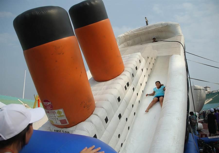「何爺爺跳跳屋」氣墊樂園18至20日在高雄中正運動場和技擊館登場,1位小妹妹從鐵達尼氣墊中滑下來。(王錦河攝)