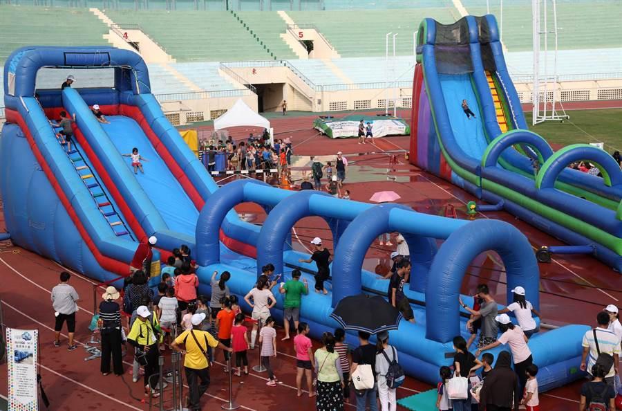 「何爺爺跳跳屋」氣墊樂園共有近30座氣墊跳跳屋和滑水道讓小朋友體驗歡樂刺激感。(王錦河攝)