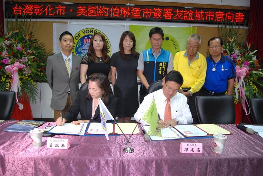 美國加州約伯琳達市的首位華裔女市長黃瑞雅(左)和彰化市長邱建富(右)共同簽署「兩市友誼城市意向書」。(吳敏菁攝)