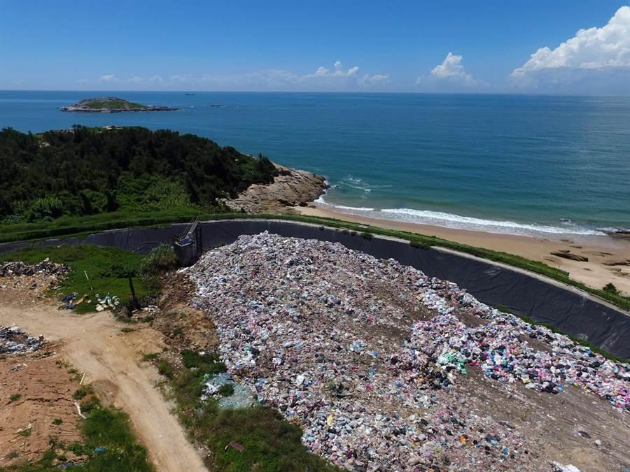 坐落於海邊的新塘垃圾掩埋場,累積垃圾已逾1000公噸。(金湖鎮代陳向鑫提供)
