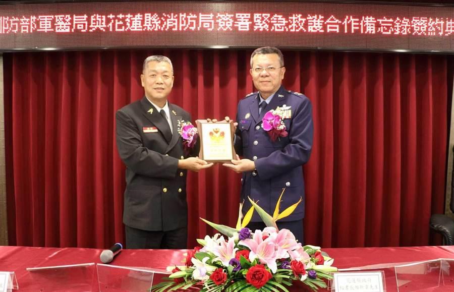 消防局長林文瑞(左)與軍醫局長吳怡昌(右)簽訂緊急救護合作備忘錄,儲備救援能量。(許家寧翻攝)