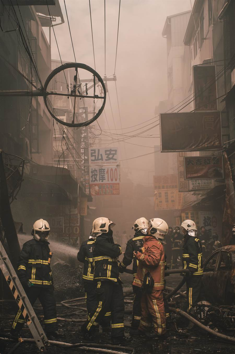 餐廳氣爆當時熊熊烈焰不斷竄出,火舌往2樓延伸,陳冠伶在火場中不幸喪生。(照片由消防局提供)