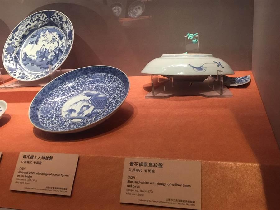 破損的日本伊萬里瓷器特展「青花柳葉鳥紋盤」(右一),經日方檢查,認為是瓷盤本身結構脆弱所致,已排除人為或外力因素。(故宮提供)