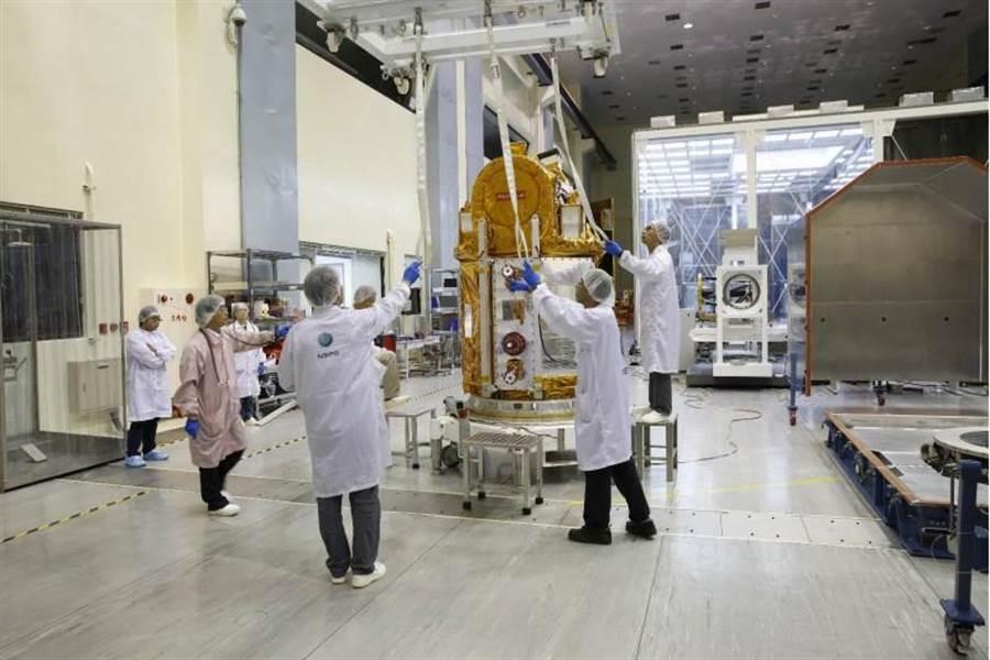 福衛五號啟程拚觀測電離層預測地震福衛五號衛星預計台灣時間8月25日凌晨2時50分,在美國加州的范登堡空軍基地發射升空。圖為太空中心人員將衛星裝入運送箱。(國研院提供)